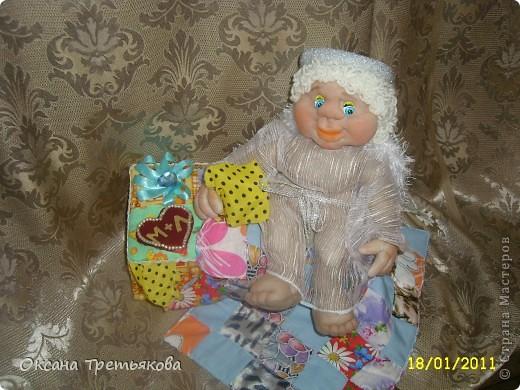 Делаю я подруге подарок. Первая часть подарка здесь http://stranamasterov.ru/node/132767. Но мне хотелось, чтоб ангел не просто так держал в руке один лоскуток, а чтоб их было много. Вот и решила сделать шкатулку. Первый опыт создания шкатулки закончился плачевно, но вот этот по моим представлениям как раз то, что надо  - и весело и лоскутная техника чуть-чуть да соблюдается. А шкатулка-открытка, так как я  хотела чтоб картинки на крышке отражали мои пожелания ей - вот так и возникло сердечко - как символ любви, денежное дерево, цветы как символ красоты ну и домашний очаг конечно же. Букавка М так как подругу зовут Марина. Это мой первый опыт - не все конечно получилось. Но в целом я довольна результатом. Если когда-нибудь решусь еще на подобные эксперементы постараюсь учесть все свои недостатки.  Спасибо огромное моим любимым подругам с сайта Леночке (Kyld), Тамаре, Елене Аржановой и Светлане26 за поддержку и советы. фото 5