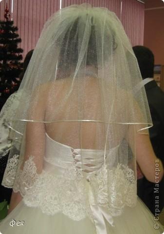 Цены в свадебных салонах  заоблачны , потому я решила сшить фату сестре сама , всё ж когда-то на портного - закройщика училась . Фатин , кружево , ленты шириной 3мм , мононить  и - вуаля! фата в 7 раз дешевле, чем аналог в салоне :) фото 2