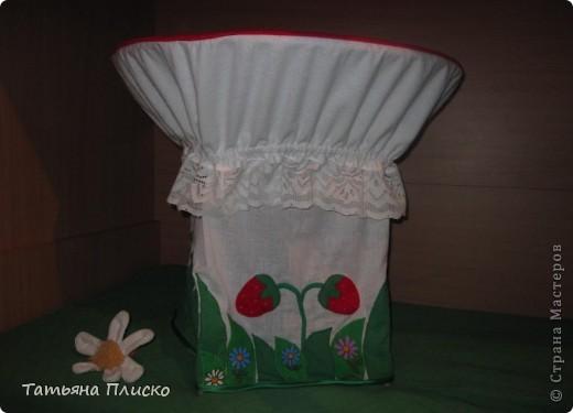 Мухоморчик - накидка на детский столик. Шляпка - из флиса, ножка - сочетание ситца, кружева и трикотажа. Аппликация так же из различных видов ткани... фото 2