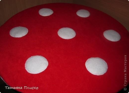 Мухоморчик - накидка на детский столик. Шляпка - из флиса, ножка - сочетание ситца, кружева и трикотажа. Аппликация так же из различных видов ткани... фото 3