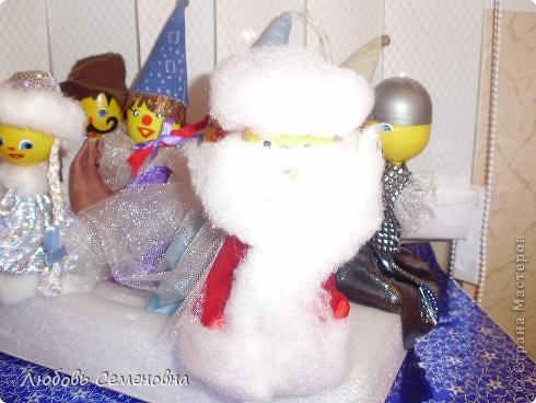 Такой театр получился из капсул от чупа-чупсов. Здесь забавные клоуны и клоунэсса, Дед Мороз и Снегурочка. Тематика может быть самой разнообразной. Все зависит от Вашей фантазии. фото 5