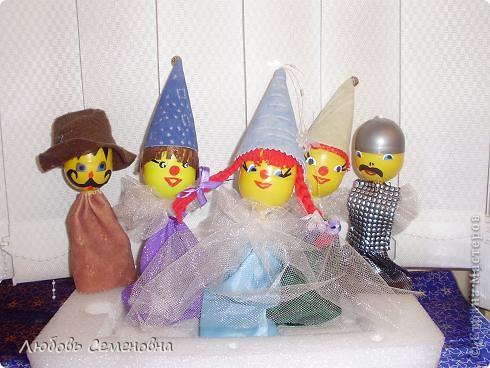 Такой театр получился из капсул от чупа-чупсов. Здесь забавные клоуны и клоунэсса, Дед Мороз и Снегурочка. Тематика может быть самой разнообразной. Все зависит от Вашей фантазии. фото 1