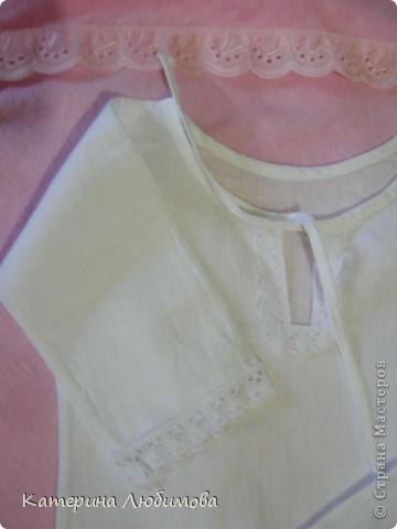В августе 2010 года моей дочери исполнился один год,  и наконец-то, мы собрались ее окрестить. Так-как крёстная мама шить не умеет (это моя сестра, учится в школе), я решила сшить всё сама: нарядное платье для службы, крестильную рубашку и полотенце. фото 4