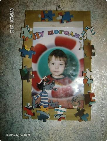 Рамка сделана из картона и пазл. Из пазлов собраны некоторые элементы, остальное пространство заполнено пазлами подходящими по цвету. фото 6