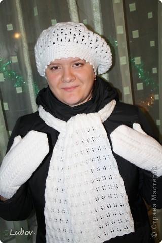 Комплект подарен сестре. Берет вязала я, а варежки и шарф мама  спицами. Пряжа Семеновская Каролина - акрил-100%, 100гр./400м. На комплект -300 гр., крючок 2,5, фото 1