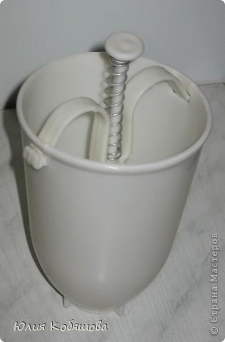 15 гр. дрожжей, 2 ст. воды или молока (нам больше нравиться на молоке), 4 ст.л. сахара, 2 яйца, 4 ст. муки, 60 гр. слив. масла, соль по вкусу. Пончиков получается около 30-35 шт. Дрожжи  и сахар растворить в теплом молоке или воде, добавить остальные компоненты, размешать тесто, поставить его на 30 мин. в теплое место. Для получения пончиков использовать спец. формочку, если нет формочки - можно выкладывать тесто ложкой, как оладьи.Жарить пончики на растит. масле, при этом наливать масло в жаровню слоем не менее 3-4 см.Крышкой не накрывать. фото 2
