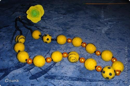 цвет желтых бусин пластиковых на фото искажен- они в тон войлоку.