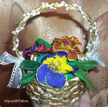 цветочки из холодного фарфора в корзиночке из газетных трубочек