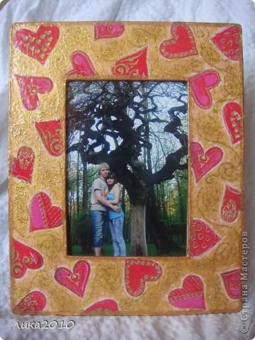 Снова подарочек и снова для девушки сына. Рамочка для романтической фотки влюбленной пары. Но фотка будет другая, ими выбранная, а я для фотосессии вставила то, что у меня было. фото 1