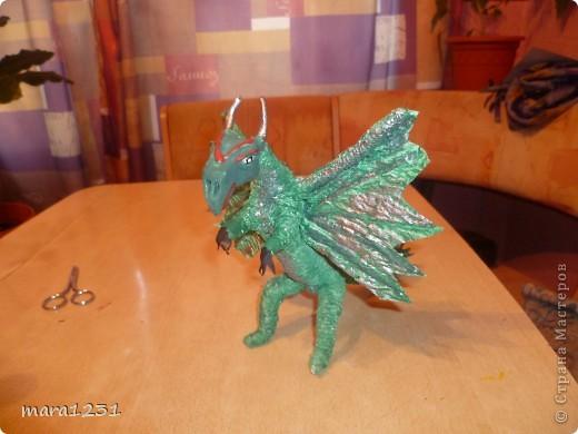 Вот такой дракон у нас получился в подарок мальчику на день рождения. В интернете смотрели технику выполнения.