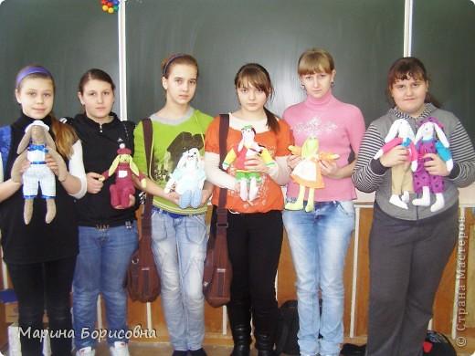 """Каждый год среди учениц 6-х классов провожу конкурс """"Мисс-технология"""". Обычно в номинации """"Мисс-рукодельница"""" девчонки изготавливают куклу http://stranamasterov.ru/node/54424 ,  но в этом году мы не удержались..... и сшили кроликов! Я думаю, что получилось неплохо!!! фото 2"""