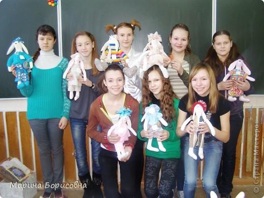"""Каждый год среди учениц 6-х классов провожу конкурс """"Мисс-технология"""". Обычно в номинации """"Мисс-рукодельница"""" девчонки изготавливают куклу http://stranamasterov.ru/node/54424 ,  но в этом году мы не удержались..... и сшили кроликов! Я думаю, что получилось неплохо!!! фото 1"""