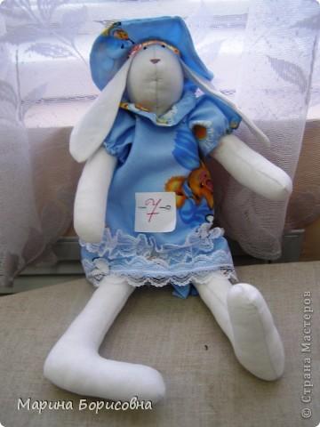 """Каждый год среди учениц 6-х классов провожу конкурс """"Мисс-технология"""". Обычно в номинации """"Мисс-рукодельница"""" девчонки изготавливают куклу http://stranamasterov.ru/node/54424 ,  но в этом году мы не удержались..... и сшили кроликов! Я думаю, что получилось неплохо!!! фото 7"""