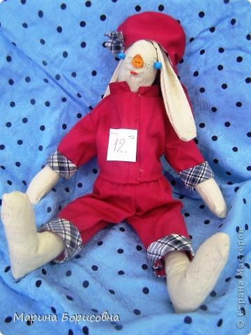 """Каждый год среди учениц 6-х классов провожу конкурс """"Мисс-технология"""". Обычно в номинации """"Мисс-рукодельница"""" девчонки изготавливают куклу http://stranamasterov.ru/node/54424 ,  но в этом году мы не удержались..... и сшили кроликов! Я думаю, что получилось неплохо!!! фото 9"""