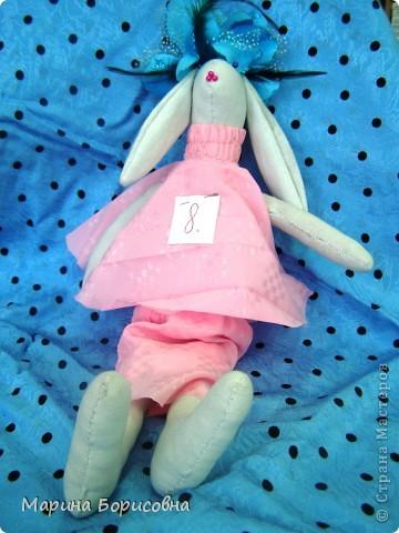 """Каждый год среди учениц 6-х классов провожу конкурс """"Мисс-технология"""". Обычно в номинации """"Мисс-рукодельница"""" девчонки изготавливают куклу http://stranamasterov.ru/node/54424 ,  но в этом году мы не удержались..... и сшили кроликов! Я думаю, что получилось неплохо!!! фото 20"""