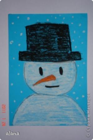 Этих милых снеговичков  мы рисовали на прошлом уроке. Крупный план не так легко дается первоклассникам. Работу выполняли на половине цветного листа А4. Фон был серый, все оттенки синего и даже фиолетовый. Рисовали мелками. фото 1