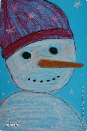 Этих милых снеговичков  мы рисовали на прошлом уроке. Крупный план не так легко дается первоклассникам. Работу выполняли на половине цветного листа А4. Фон был серый, все оттенки синего и даже фиолетовый. Рисовали мелками. фото 2