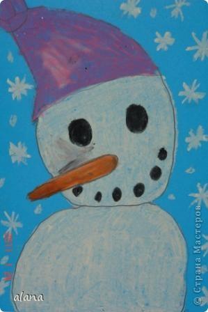 Этих милых снеговичков  мы рисовали на прошлом уроке. Крупный план не так легко дается первоклассникам. Работу выполняли на половине цветного листа А4. Фон был серый, все оттенки синего и даже фиолетовый. Рисовали мелками. фото 3