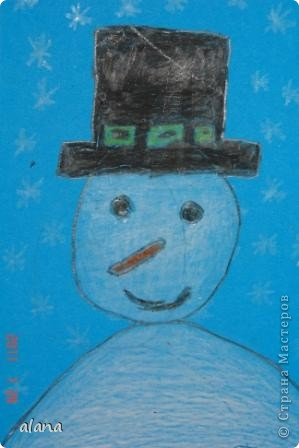 Этих милых снеговичков  мы рисовали на прошлом уроке. Крупный план не так легко дается первоклассникам. Работу выполняли на половине цветного листа А4. Фон был серый, все оттенки синего и даже фиолетовый. Рисовали мелками. фото 4