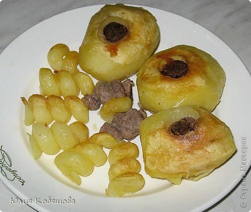 Почистить картофель, спец. ножом удалить сердцевину, заполнить сердцевину сырым мясным фаршем (его посолить, поперчить).Отварить фаршированный картофель до полу готовности, затем обжарить на раст. масле.