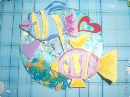 Вот такие Валентинки мы решили сделать, это наше совместное творчество, взяли старый диск лаком для ногтей сделали фон, из старых мягких пазл сделали рыбок, наклеили бусинки, камешки сердечки вот что вышло:)) фото 1