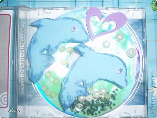 Вот такие Валентинки мы решили сделать, это наше совместное творчество, взяли старый диск лаком для ногтей сделали фон, из старых мягких пазл сделали рыбок, наклеили бусинки, камешки сердечки вот что вышло:)) фото 3
