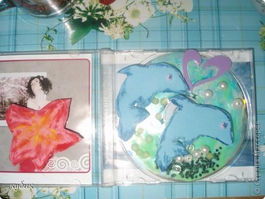 Вот такие Валентинки мы решили сделать, это наше совместное творчество, взяли старый диск лаком для ногтей сделали фон, из старых мягких пазл сделали рыбок, наклеили бусинки, камешки сердечки вот что вышло:)) фото 4