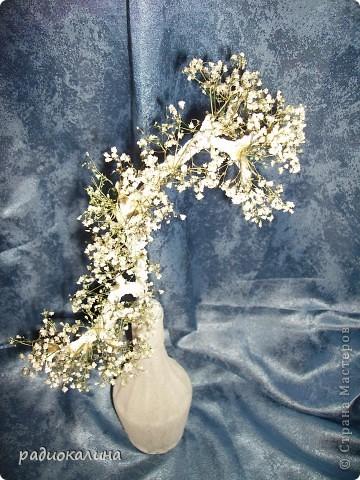 Все крашу и малюю постоянно, а тут захотелось белого и снежного цвета зимы. И получился такой белая композиция: я как раз покрасила предметы для декорирования и оставила их белого цвета. А к ним в компанию вазочка и ветка снежного дерева. фото 2
