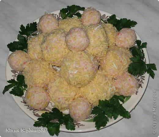 Прокрутить через мясорубку - пачку крабовых палочек, 1 ст. отварного риса, кукурузу (1 банка), 2 отваренных яйца, добавить майонез.Делать из полученной массы шарики, обваливать их в натертом на мелкой терке сыре.При желании в середину каждого шарика можно положить оливки или маслины без косточек.