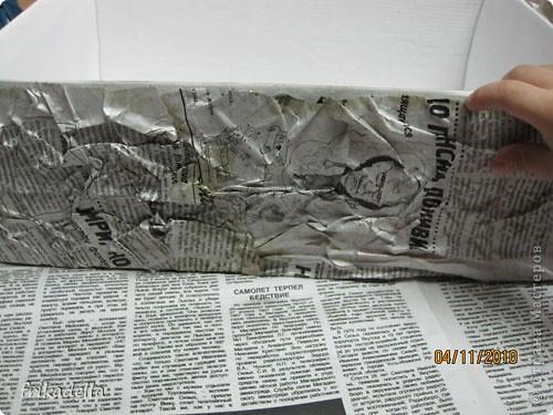 Где-то в интернете зацепила интересную технику по преображению старых вещей. Люди таким образом кардинально преображают старые надоевшие предметы обихода, например зеркала, ящики для картошки, коробочки и прочая...  Примечательно что для этой техники требуется всего-то пара газет, клей, перевоплощаемый предмет и немножко свободного времени.  Прилагаю небольшой отчет по изготовлению подарочной упаковки: фото 8