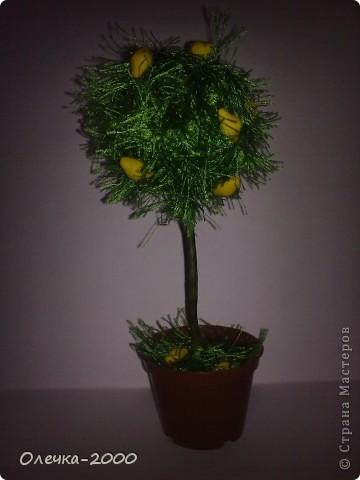 """Использовала нитки """"травка"""", лимоны лепила из пластики. Ствол обмотала тейп-лентой, в горшочке для устойчивости скульптурный пластилин. фото 1"""