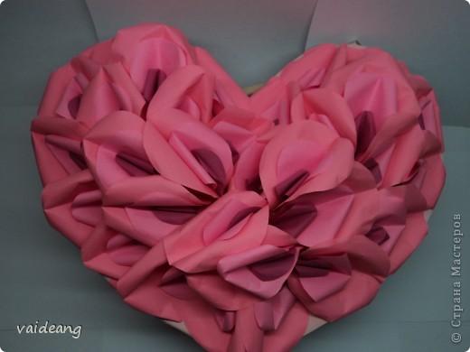 Оформила лепестками  бумажных цветов. фото 1