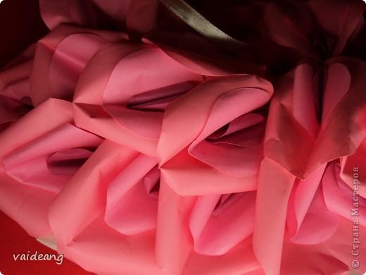 Оформила лепестками  бумажных цветов. фото 3