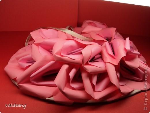 Оформила лепестками  бумажных цветов. фото 2