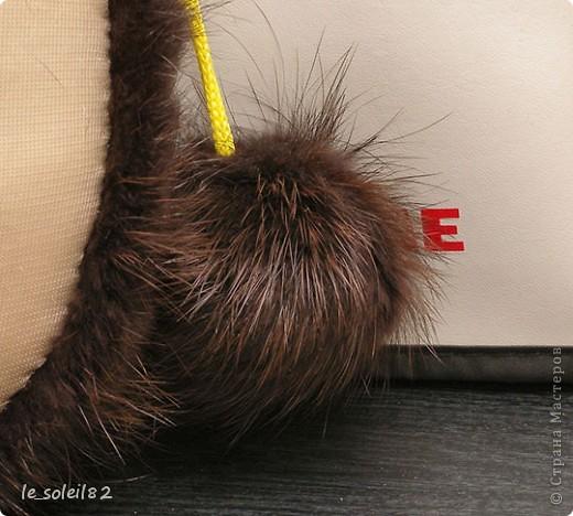 Как вы уже наверное поняли заяц сшит из меха и капрона. А именно из меха нутрии. Руки и ноги держаться на шнурке.  фото 17