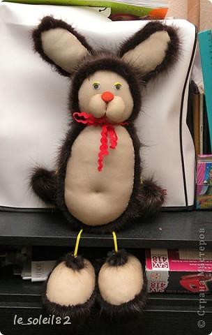 Как вы уже наверное поняли заяц сшит из меха и капрона. А именно из меха нутрии. Руки и ноги держаться на шнурке.  фото 3