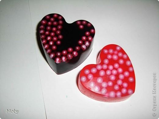 Сердечки из основы с шариками. Шарики твердой консистенции с перламутровым блеском, диаметром 5 мм, растворяются в воде.