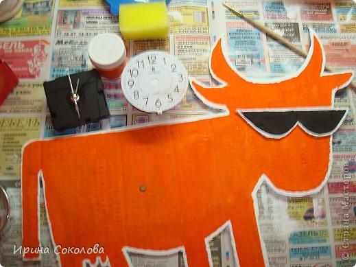 """Недавно наши дети (мой сын с классом) посещали Белгородский хладокомбинат, где делают одно из самых вкусных мороженое торговой марки """"Бодрая корова""""! Я думаю, многие в нашей стране кушали мороженое, где на этикетке красуется оранжевая корова в черных солнечных очках. Так вот, после этой экскурсии детям предложили сделать какие-нибудь поделки. Мы с сыном решили сделать такие веселые часы.  фото 5"""