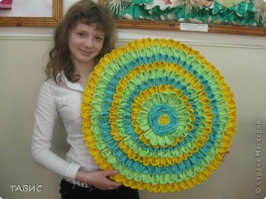 Эту прекрасную солнечную композицию на основе круга из простых столовых салфеток выполнила моя ученица 6 класса Ксюша Рубинштейн. Диаметр работы - 62 см. Мастер-класс можно посмотреть в моем профиле. фото 1