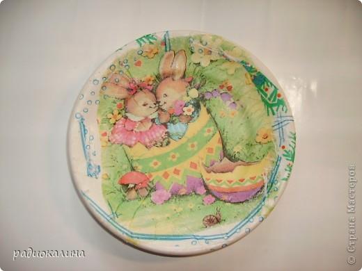 Моя шестилетняя внучка насмотрелась у меня  тарелок с декупажем и тайком решила, что она не хуже справится с этим делом. Полезла на полку с посудой, достала тарелку и взяла у меня на столе кисточку, клей и салфетки. Сама придумала дизайн тарелок. фото 2