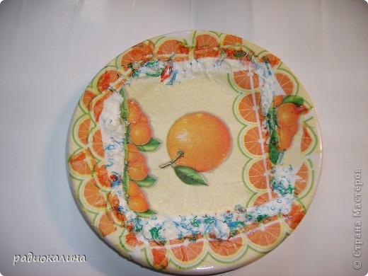 Моя шестилетняя внучка насмотрелась у меня  тарелок с декупажем и тайком решила, что она не хуже справится с этим делом. Полезла на полку с посудой, достала тарелку и взяла у меня на столе кисточку, клей и салфетки. Сама придумала дизайн тарелок. фото 1
