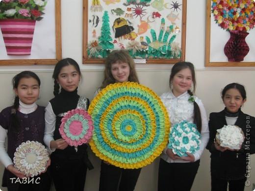 Эту прекрасную солнечную композицию на основе круга из простых столовых салфеток выполнила моя ученица 6 класса Ксюша Рубинштейн. Диаметр работы - 62 см. Мастер-класс можно посмотреть в моем профиле. фото 2