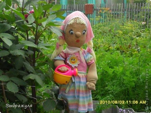 """Вот такая кукла """"Внучка"""" из чулка украшает нашу дачу. Волосы из ниток, платье и косынка от внучки (она из них выросла, а кукле подошли в самый раз), наполнитель опилки. фото 2"""