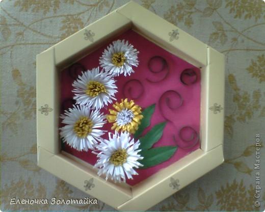 Панно с хризантемами цветы в технике квиллинг, коробка из под конфет в качестве рамки  фото 1