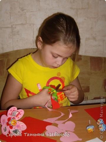 На повестке дня были валентинки подружкам дочки, мальчику с которым она сидит и учителю (надеюсь она любит чупа-чупсы :) ) фото 2