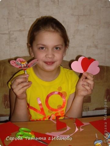 На повестке дня были валентинки подружкам дочки, мальчику с которым она сидит и учителю (надеюсь она любит чупа-чупсы :) ) фото 3