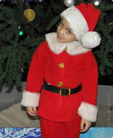 Совсем я забыла про этот костюм, уже 27 января на дворе, а я только вспомнила!    В саду мне сказали, что Никита будет Новым годом, обязательно нужен красный колпачок с цифрами 2011. Всё, с этого дня я не спала, придумывала костюм, чесала руки. фото 2