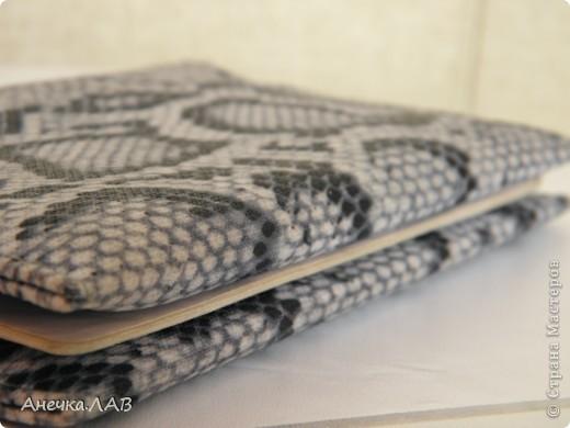 Нашла у себя в закромах лоскуток трикотажа змеиной расцветки (в 18 лет шила себе такую моднячую юбку) и решила приодеть свой паспорт. фото 1