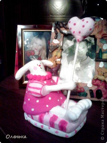 Вот такую зайчиху увидела в одном из журналов. Решила поробывать что-то подобное слепить в подарок своей любимой племяннице. Теперь и себе ткаую хочется))). фото 2