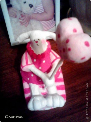 Вот такую зайчиху увидела в одном из журналов. Решила поробывать что-то подобное слепить в подарок своей любимой племяннице. Теперь и себе ткаую хочется))). фото 3